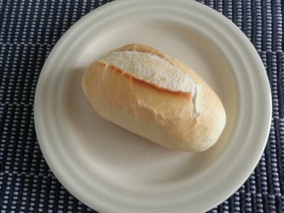 Foto de um pão francês em um prato branco