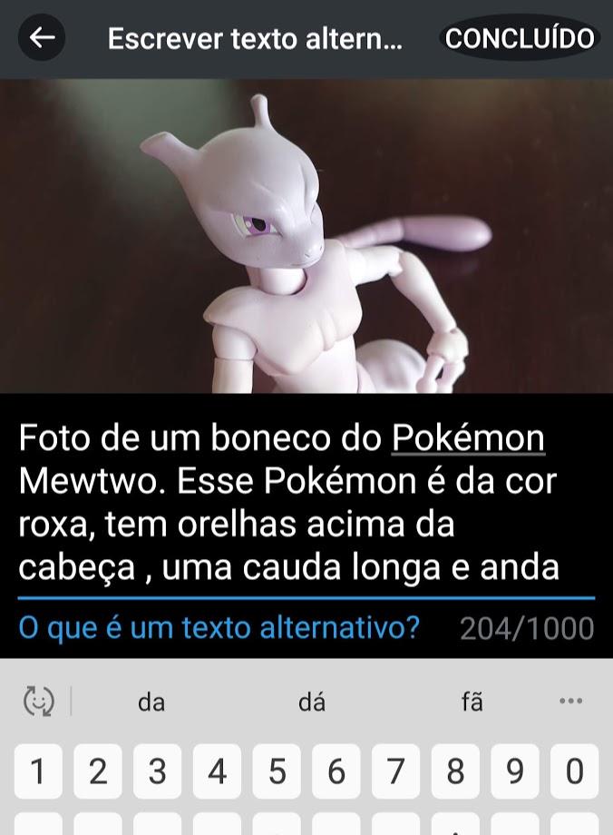 Captura de tela da interface para descrição de texto alternativo no Twitter. Tem a foto do pokemon Mewtwo e uma descrição parcial da foto.
