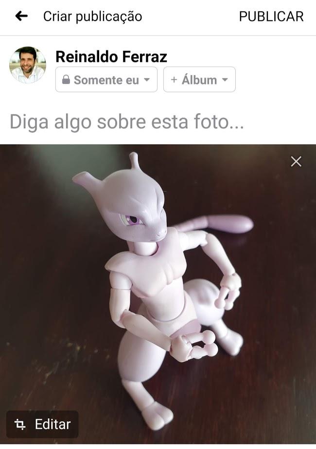 Captura de tela da interface do Facebook para publicação de imagem. Não há texto. Há apenas uma foto do boneco do pokemon Mewtwo.